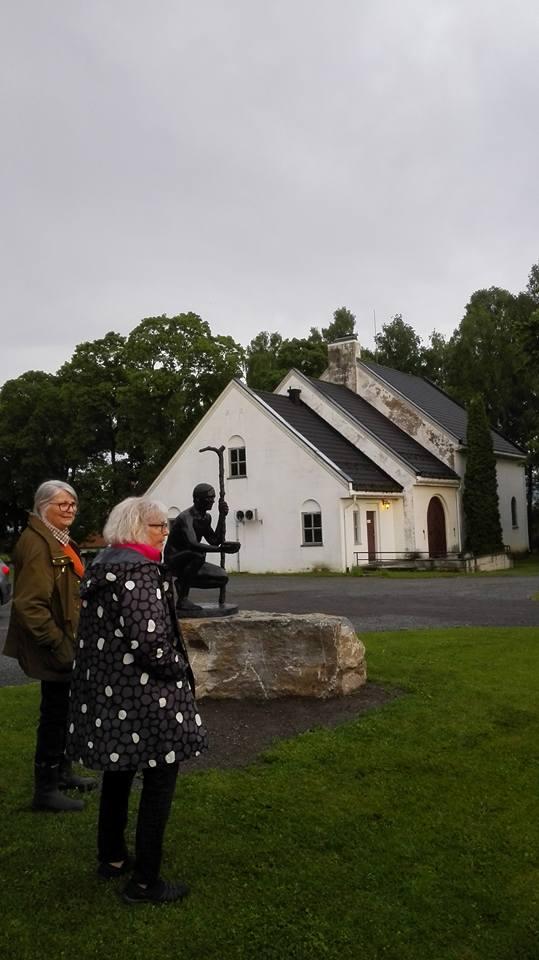 """Ved statuen """"Pilegrimen"""" på Hoffsvangen på Toten"""