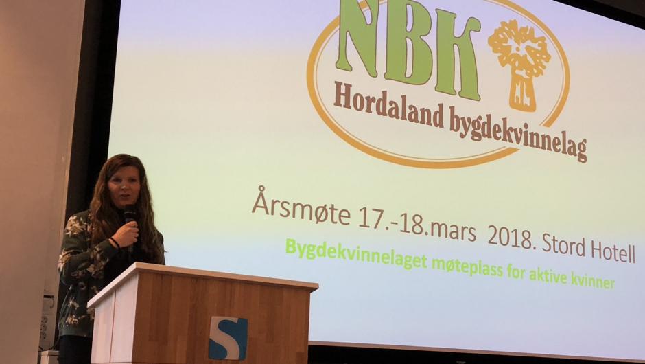 Guro Holmberg ønsker velkommen Hordaland Bygdekvinnelag sitt årsmøte. Foto: Stord Bygdekvinnelag